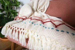 throw blanket sebagai ornamen wajib di rumah gaya skandinavia